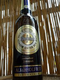 Das Warsteiner Alkoholfreie Bier aus der Mensch-in-der-Hocke-Perspektive